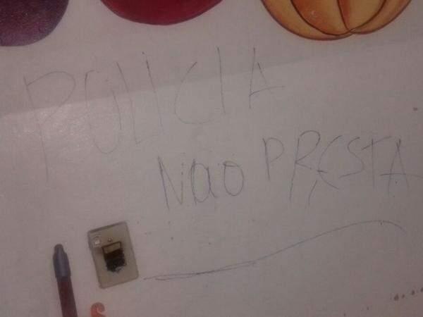 Invasores usaram tinta de atividades dos alunos para desafiar e ofender a polícia com pichações (Foto: Reprodução)