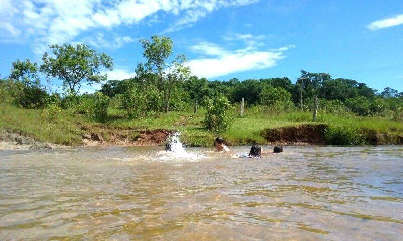 Crianças brincam no rio em Ribas do Rio Pardo (Foto: Fabricia Luz)