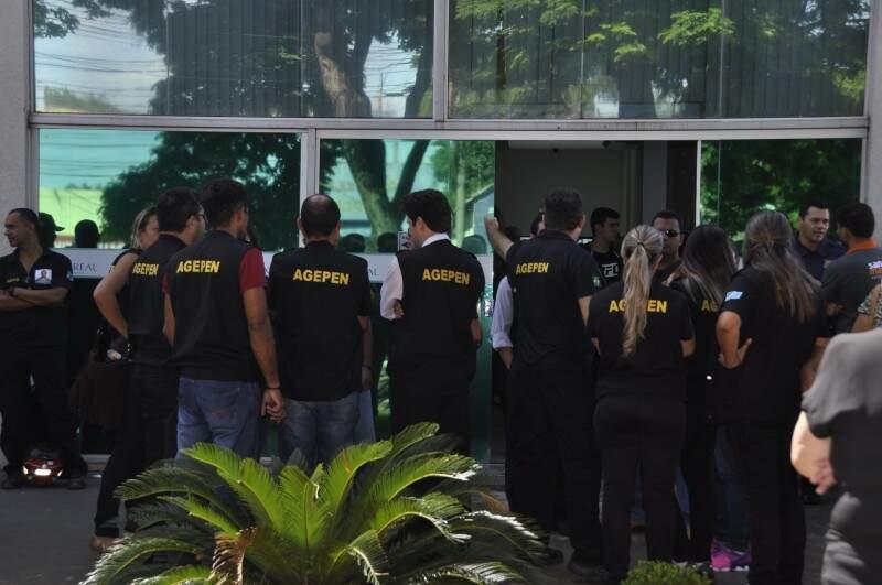 Agentes penitenciários prestaram homenagens ao colega morto friamente na manhã de ontem. (Foto: Marcelo Calazans)