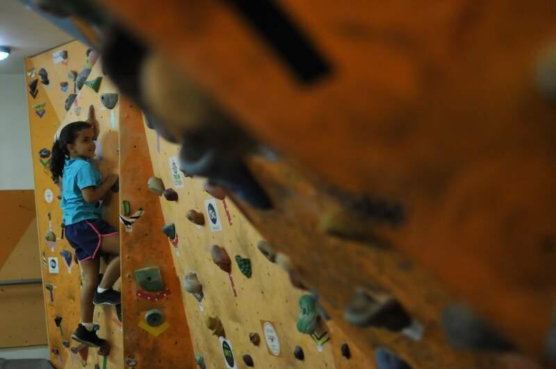 Exercício pode ser feito por crianças, como Marieva que tem 7 anos. (Foto: Alcides Neto)