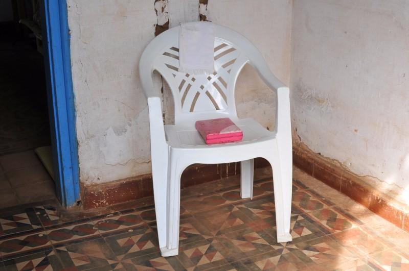 No hall de entrada, cadeira da oração. (Foto: Alcides Neto)