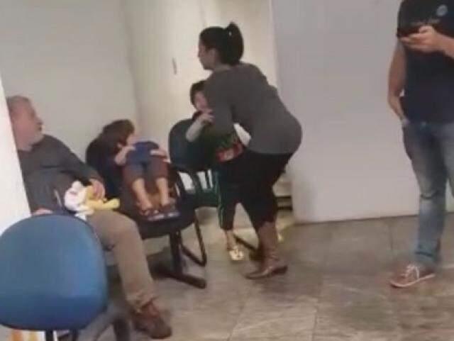 Priscila Pires buscando os filhos na Depac - Centro. (Foto: Direto das Ruas)