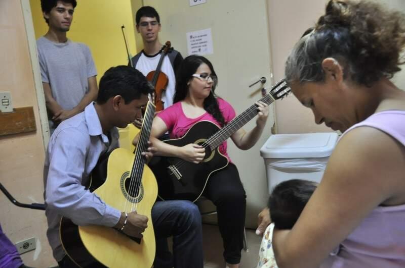 Na ala da maternidade, a recém-nascida Ana Vitória começou com música (Foto: João Garrigó)