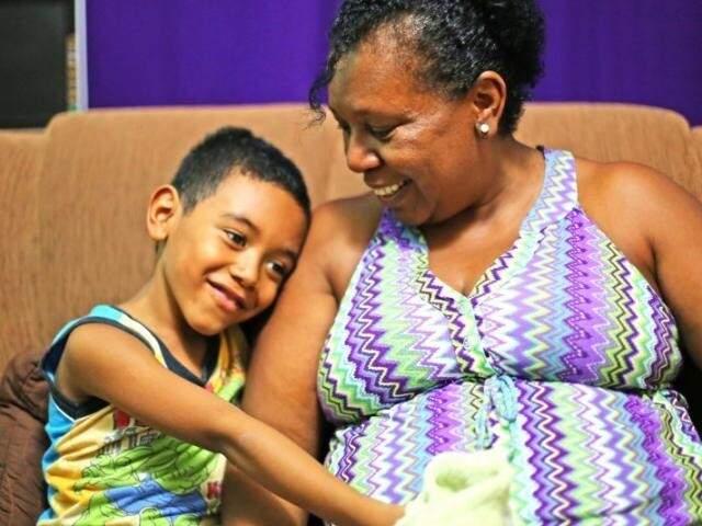 Inácio ao lado da mãe Edna. Com 5 anos, ele disse que estaria ali, para levantar ela. (Foto: Arquivo/Fernando Antunes)