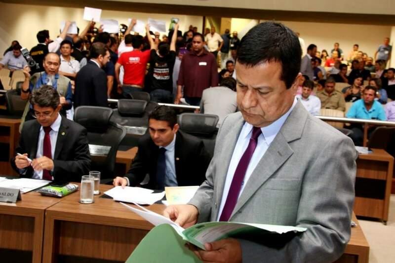 Manifestantes ficaram de costas para o plenário durante votação do projeto de renegociação da dívida. (Foto: Divulgação/ALMS)