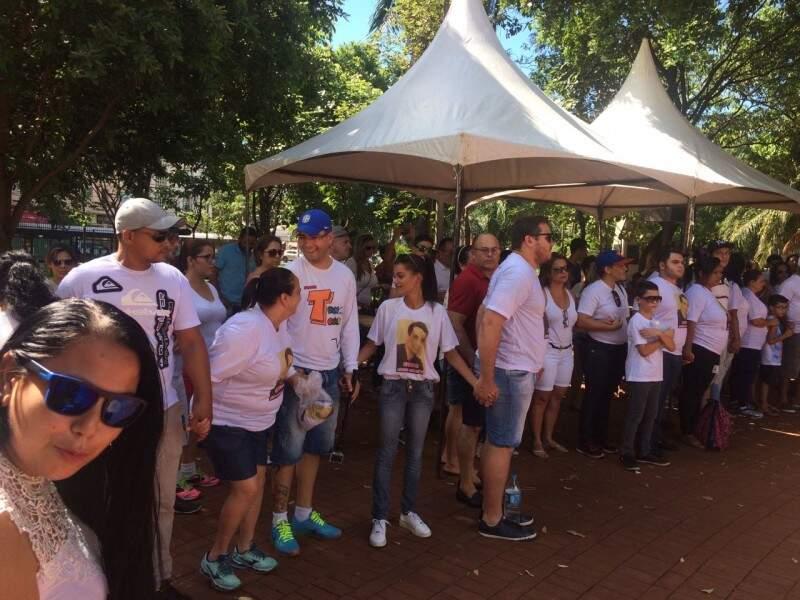 Amigos se reuniram na praça Ary Coelho com pedido de Justiça. (Foto: Alberto Dias)