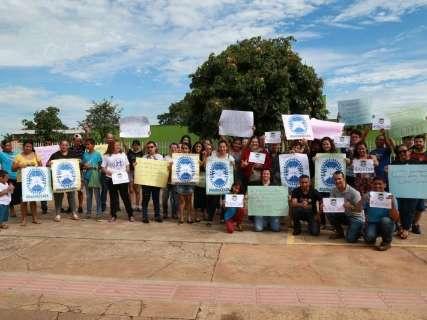 Pais e alunos protestam contra fechamento de centro para surdos