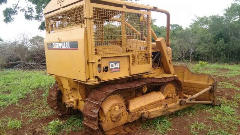 Desmatamento estava sendo feito com máquina de esteira, que foi apreendida. (Foto: PMA)