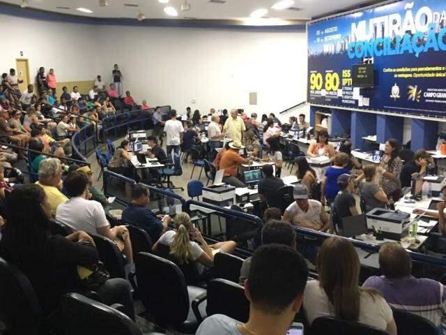 Público aproveita o domingo para negociar ou quitar as dívidas do IPTU (Foto: Júlia Kaifanny)