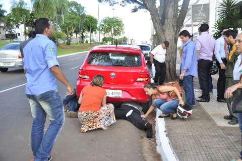 """Piloto voa sobre carro e fica embaixo de outro na """"esquina dos acidentes"""""""