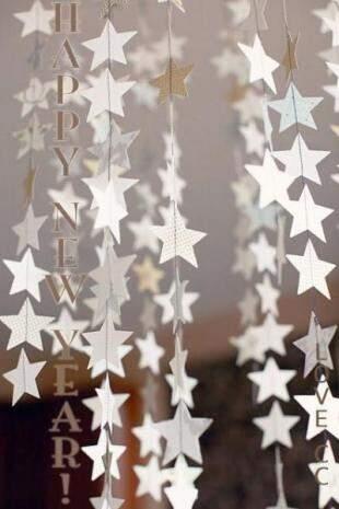 Estrelas de papel, penduradas pela casa, também tem a cara do Réveillon.