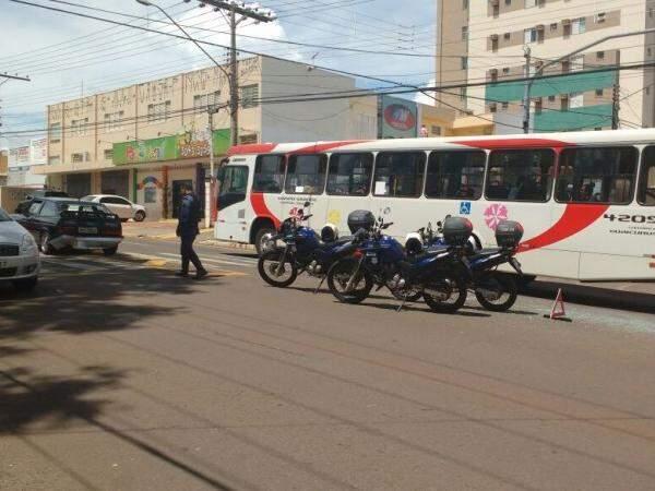 Guardas Civis Municipais atenderam a ocorrência e aguardam guincho para retirar o carro da via. (Foto: Christiane Reis)