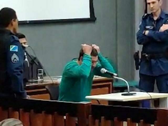 Nando, literalmente, arrancou os cabelos na manhã de hoje durante julgamento. (Foto: reprodução vídeo)