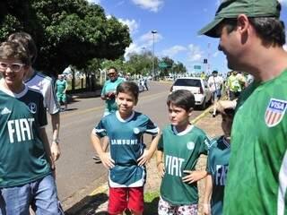 Pecuarista leva os filhos uniformizados ao estádio. (Foto:João Garrigó)