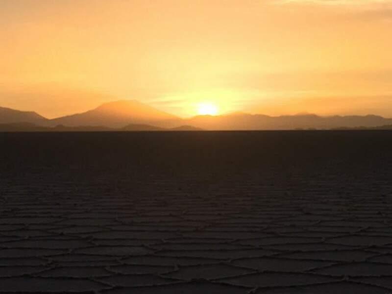 O por do sol visto do Salar de Uyuni.