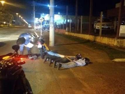 Dupla é presa com arma falsa e moto roubada após assalto de jovem
