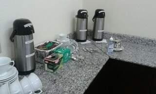 """Hoje, onde ficava o polemico café da manhã """"de luxo"""" havia cafezinho e chá para vereadores. (Foto: Jéssica Benitez)"""
