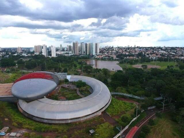 Aquário do Pantanal é construído na avenida Afonso Pena, em Campo Grande. (Luiz Diniz)
