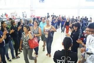 Clientes foram recebidos com grito de guerra dos funcionários (Foto: Marcos Ermínio)