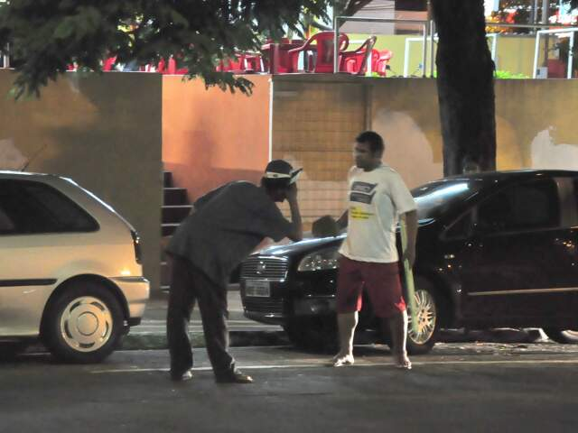 Dupla quase foi atropelada durante briga na Padre João Crippa(Foto: João Garrigó)