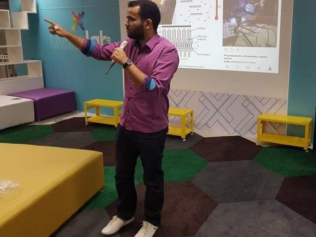 Luiz durante palestra sobre projeto de sua autoria (Foto: Reprodução/ Facebook)