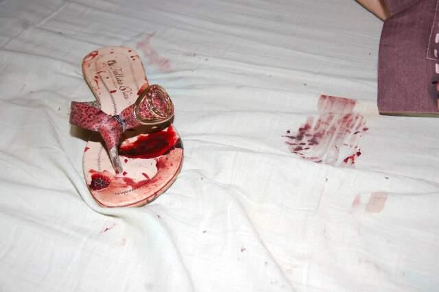 Sangue das vítimas ficou na casa, nas roupas e calçados que usavam. (Foto: Simão Nogueira)