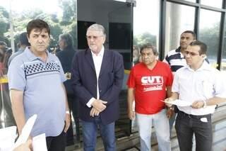 Movimentos sociais foram ao Fórum da Justiça Federal para protestar contra leilão, previsto para sábado (Foto: Cleber Gellio)