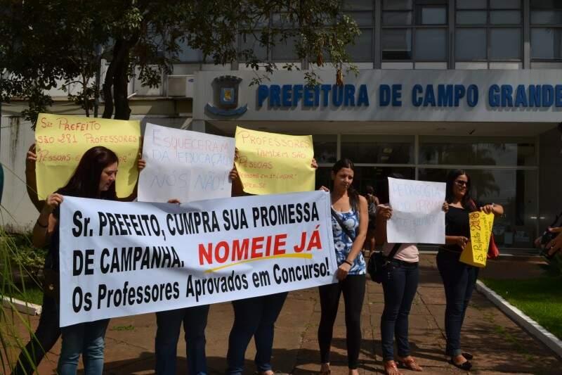 Professores fizeram manifestação para cobrar contratação antes de acabar validade de concurso (Foto: Pedro Peralta/Arquivo)