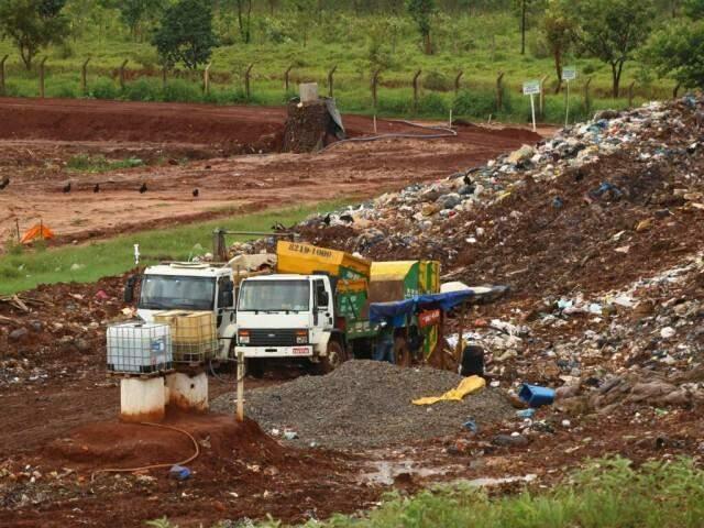 Caçambeiros realizando descarte de lixo acumulado em 100 caçambas, na manhã deste sábado (21). (Foto: André Bittar)