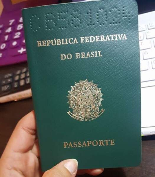 Passaporte brasileiro de Anne, localizado pela mãe francesa, usado para entrar na França há 28 anos (Foto: Arquivo pessoal)