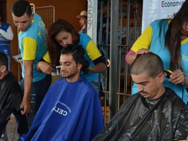 Moradores de rua tiveram uma série de ações a disposição, desde saúde, carteira de identidade, até corte de cabelo (Foto: Vanessa Tamires)