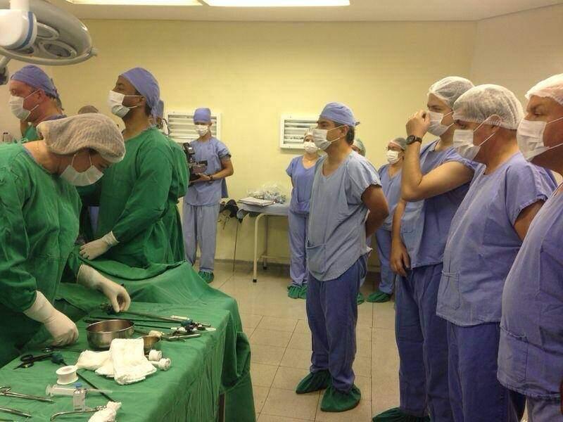 Nelsinho e André estiveram no centro cirúrgico do hospital de Coxim (Foto: Facebook)