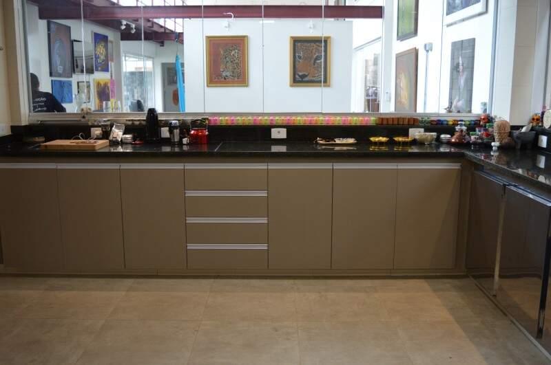 Cozinha planejada para oficinas e eventos de gastronomia. (Foto: Thailla Torres)