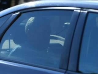 André Puccinelli em viatura da PF, quando foi levado para colocação de tornozeleira eletrônica, nesta manhã (Foto: André Bittar).