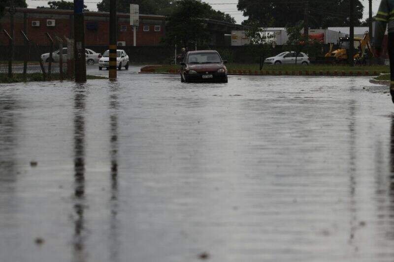 Chuva alagou via no cruzamento das avenidas Gury Marques e Interlagos (Foto: Cleber Gellio)