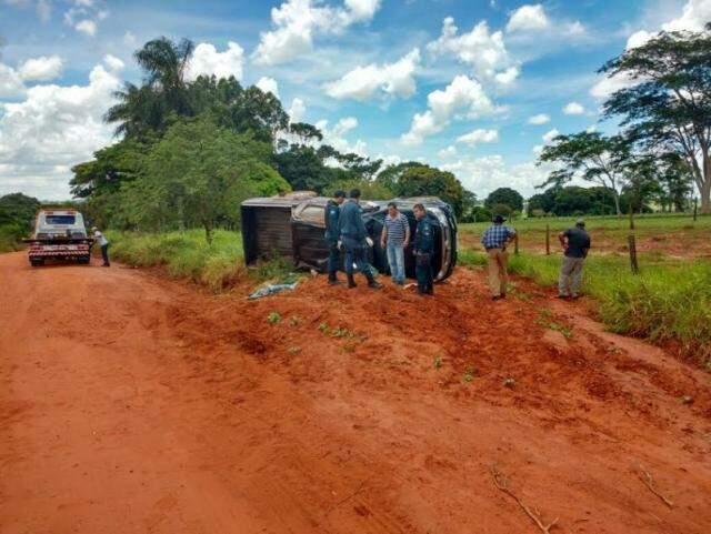 Camionete capotou após bandidos que a roubaram fugirem de abordagem policial (Foto: Divulgação/PM)