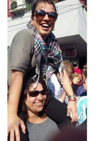 Paulinha nos ombros da Marta para uma foto perfeita.