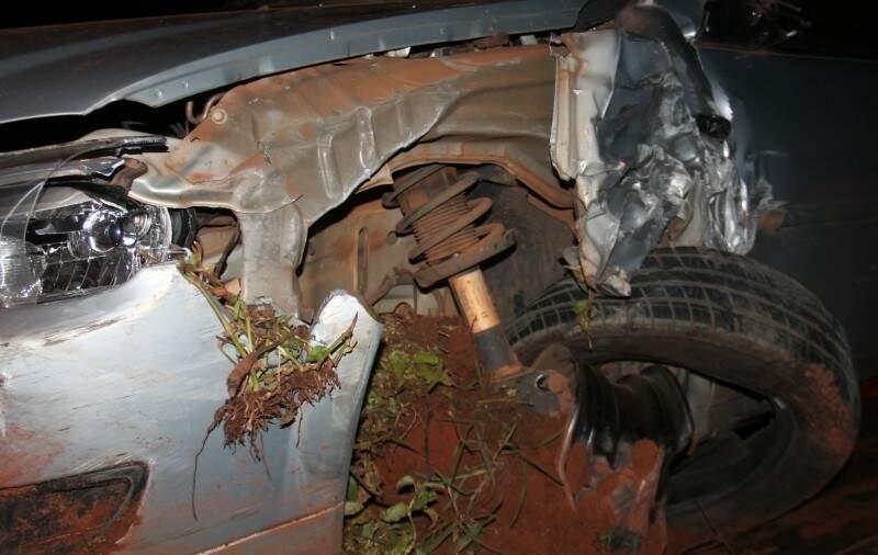 Eixo do carro quebrou com a colisão. (Foto: Chapadense News)