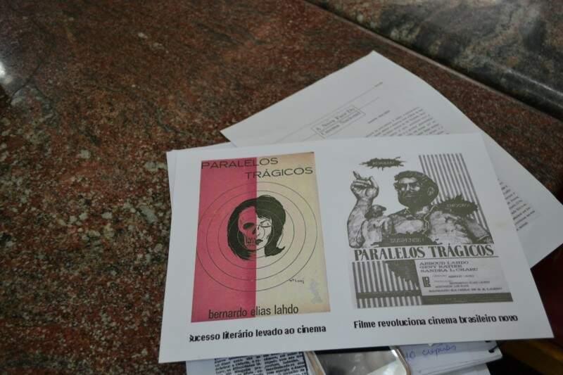 Cartazes de Paralelos Trágicos são guardados em acervo particular de Abboud  (Foto: Naiane Mesquita/Reprodução arquivo pessoal Abboud Lahdo)