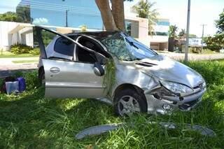 O carro ficou com a lateral danificada. (Foto: Ângela Kempfer)