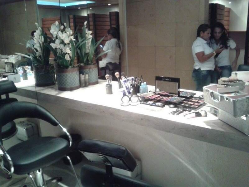 Maquiagem no banheiro para as mulheres retocarem a maquiagem (Foto: Cleber Gellio)