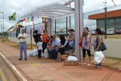 No ponto de ônibus, Jucreide e Ramona aguardavam o coletivo para voltarem para a casa com as compras