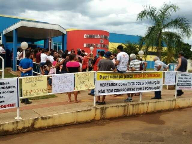 Cerca de 120 moradores de Ribas do Rio Pardo protestaram contra aumento salarial do Executivo e Legislativo (Foto: Rio Pardo News)