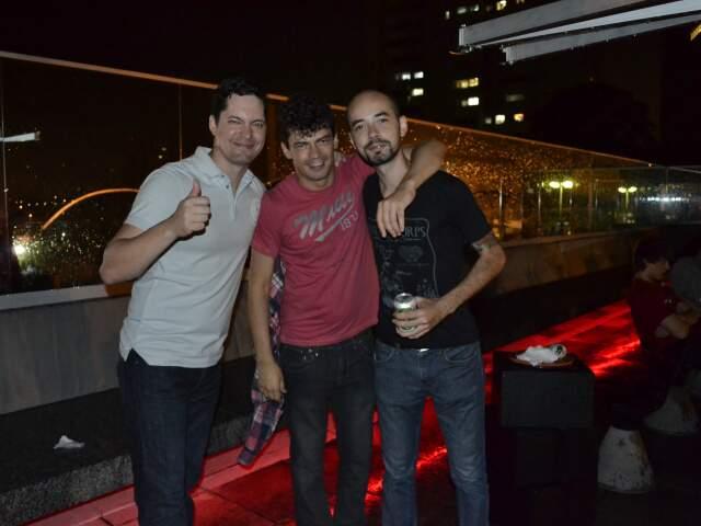 Bruno (de preto) e os amigos no terraço da balada.