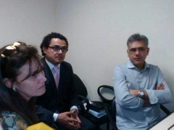 Jarvis Pavão (à direita) ao lado de advogados durante audiência em Assunção (Foto: ABC Color)