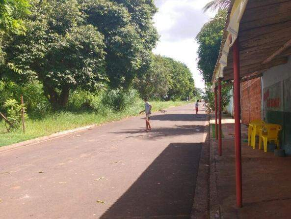 Trecho da Rua Macaé, onde crianças costumam entrar na mata para ter acesso ao córrego. (Foto: Adriano Fernandes)