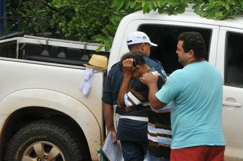 Familiares das vítimas, no dia e local do crime. (Foto: Alcides Neto)