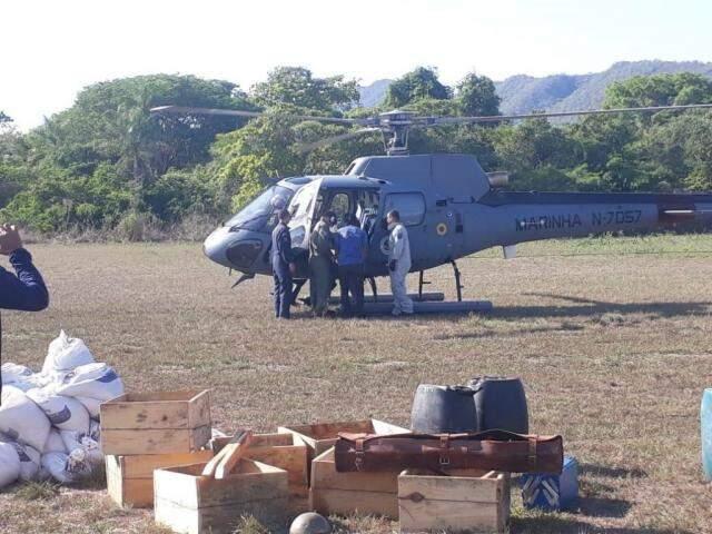 Helicóptero militar é usado no transporte dos equipamentos. (Foto: Divulgação/IHP)