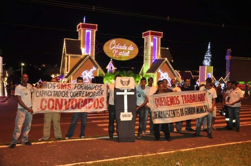 Protesto teve direito a caixão simbólico (foto: João Garrigó)