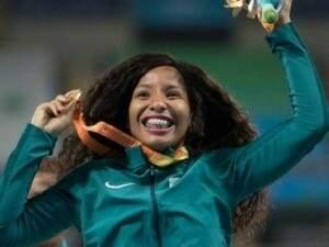 Silvânia mostrando a medalha de ouro conquistada nos Jogos Paralímpicos Rio 2016 (Foto: Reprodução/ Facebook)